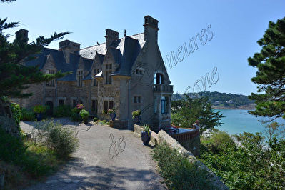 TEXT_PHOTO 3 - Neo gothic Manor and its two outbuildings on the seafront on the Pink Granit Coast